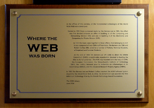 Where the web was born. La targa commemorativa presente al CERN di Ginevra vicino agli uffici di Tim Berners Lee.
